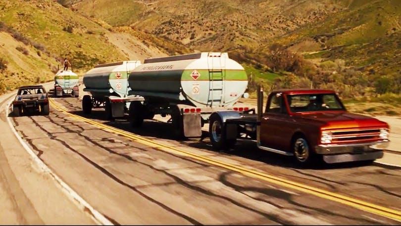 Alla sätt är bra utom de dåliga. Det här är ett dåligt sätt att sno bensin på. Foto: Universal Pictures.