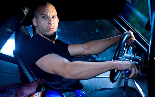 Dominic Toretto (Vin Diesel) spänner musklerna bakom ratten på en muskelbil. Foto: Universal Pictures.