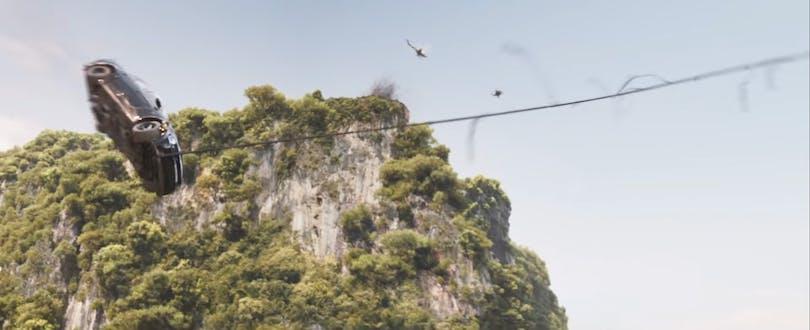I Fast & Furious 9 har Dom blivit så bra på att köra bil att han kan svinga sin bil fram i en lian. Som Tarzan! Foto: Universal Pictures.