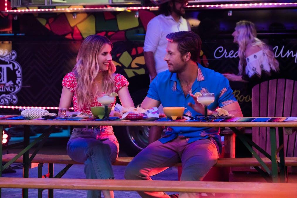 Bild på Emma Roberts och Luke Bracey från Netflixfilmen Holidate.