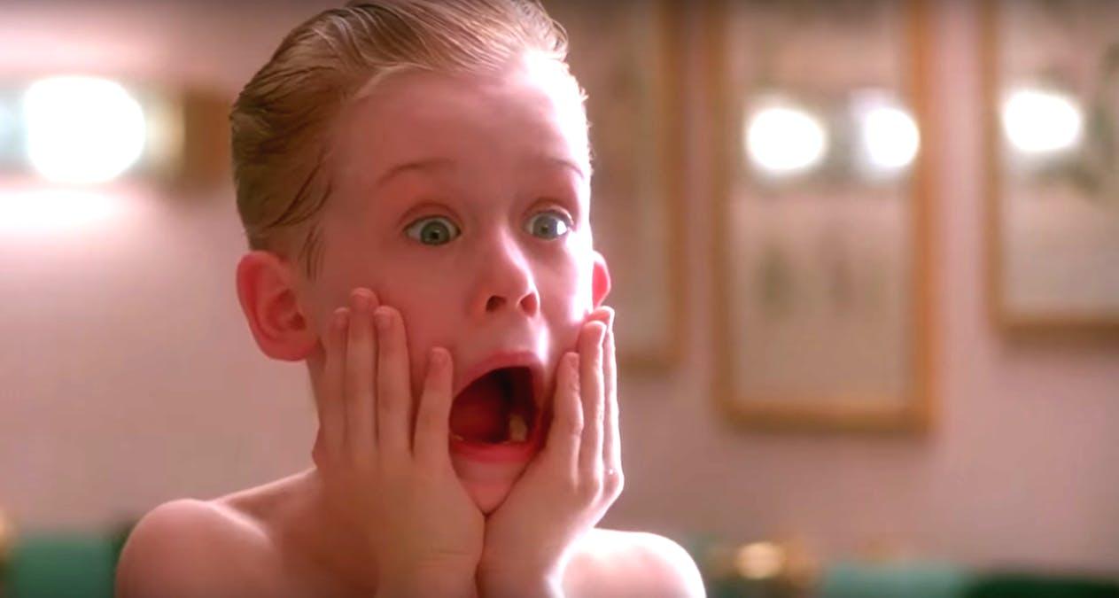 Macauley Culkin i den klassiska scenen i Ensam hemma när Kevin tar på sig aftershave och skriker. Foto: 20th Century Fox & Walt Disney Studios Motion Pictures.