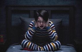 Eric (Lucas Blas) försöker tysta Rösterna. Foto: Netflix.
