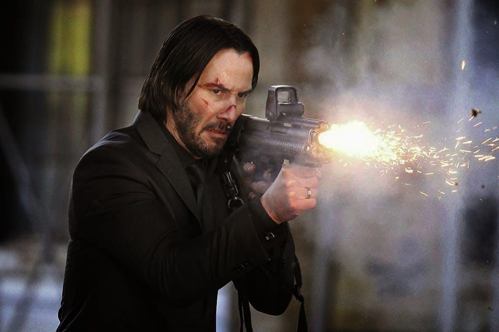 John Wick (Keanu Reeves) med ett vapen i högsta hugg. Foto: Lionsgate.