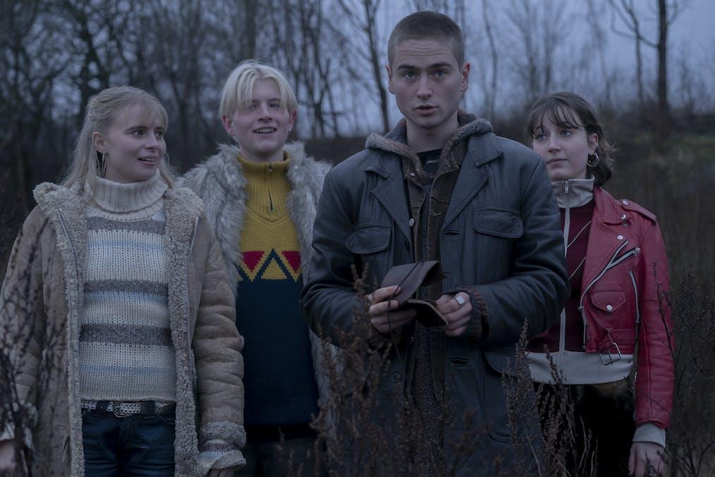Fyra ungdomar håller på med något mystiskt