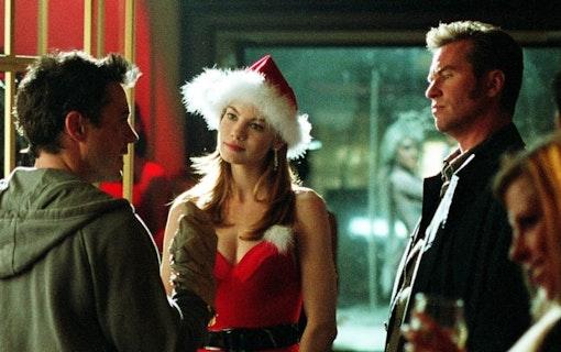 Harry (Robert Downey jr.) och Gay Perry (Val Kilmer) står och pratar med Harmony (Michelle Monaghan), som är iklädd en julklänning.