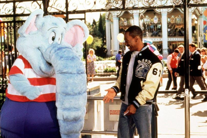 Jepp, det där är Eddie Murphy och en blå elefant. Foto: Paramount Pictures.
