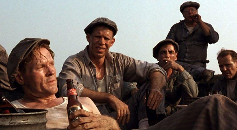 Fångarna tar en pilsner på taket efter en hård dags arbete. Foto: Columbia Pictures.
