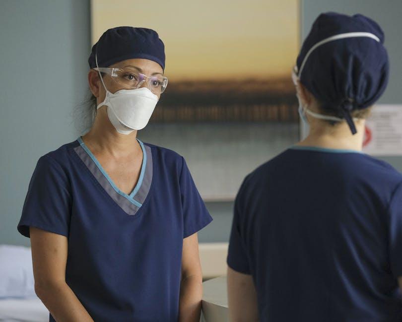 Som överläkare måste Dr. Lim (Christina Chang) fatta de svåraste av de svåraste besluten under pandemin. Foto: Viaplay.