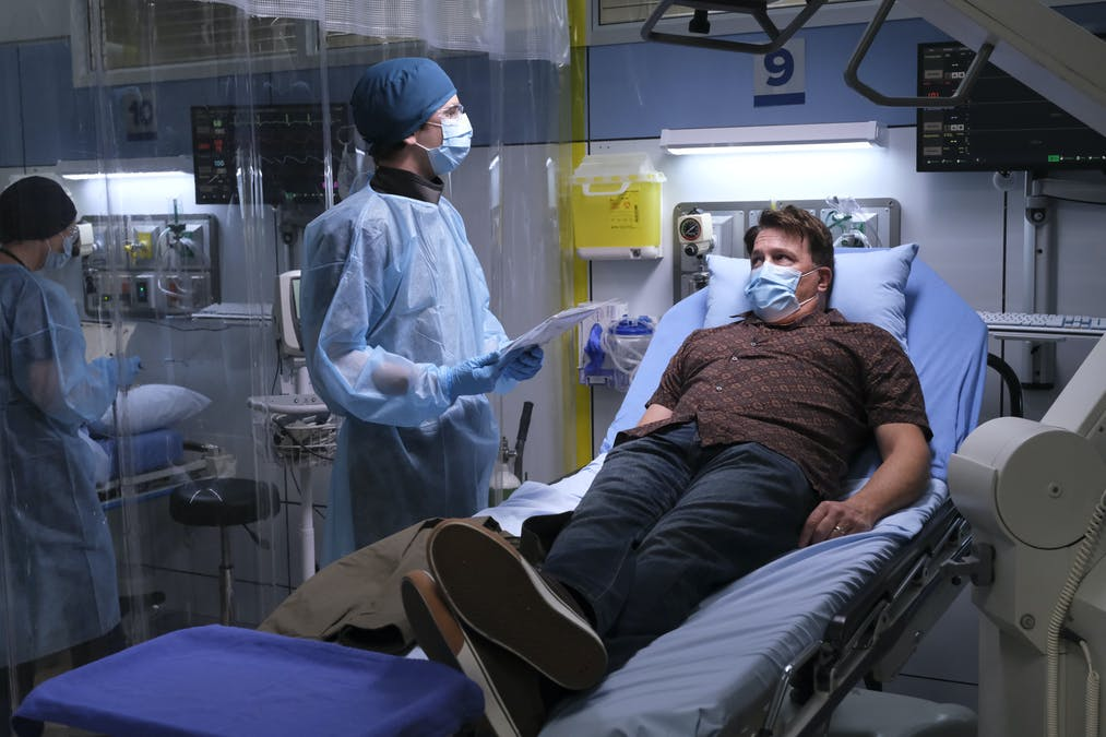 Shaun Murphy (Freddie Highmore) vårdar en covid-patient i The Good Doctor. Foto: Viaplay.
