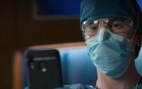 Shaun Murphy (Freddie Highmore) pratar med en anhörig över telefonen i The Good Doctor. Foto: Viaplay.