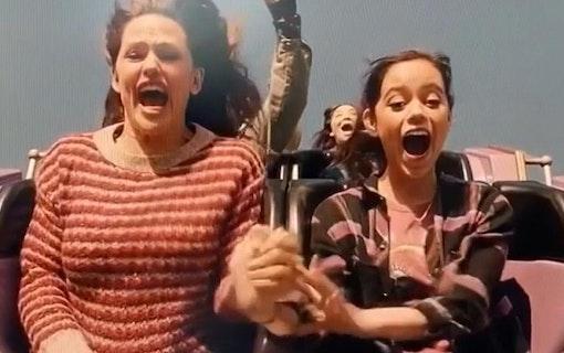 Allison (Jennifer Garner) och Katie (Jenna Ortega) åker berg-och-dalbana. Foto: Netflix