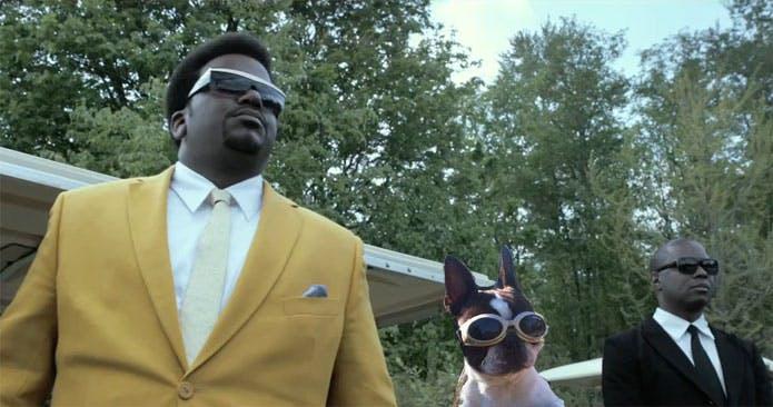Craig Robinson och cool hund, båda med solglasögon