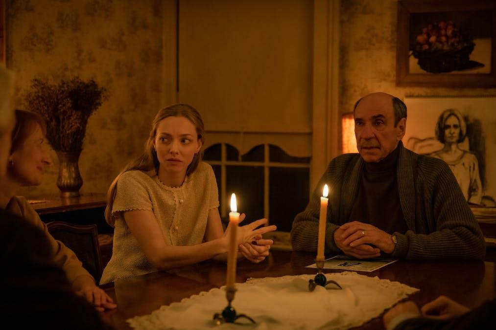 Amanda Seyfried och F. Murray Abraham vid ett köksbord i filmen Things Heard & Seen. Foto: Netflix