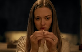 Närbild på Amanda Seyfried som inspekterar en ring i filmen Things Heard & Seen. Foto: Netflix