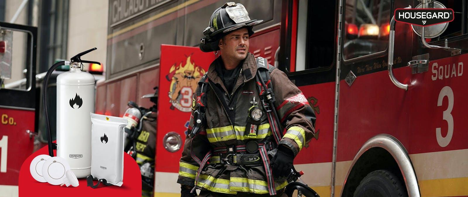 Taylor Kinney i Chicago Fire och en brandsläckare från Housegard. Foto: Viaplay och Housegard.