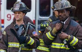 Jesse Spencer och Eamonn Walker i Chicago Fire och loggan från Housegard. Foto: Viaplay och Housegard.