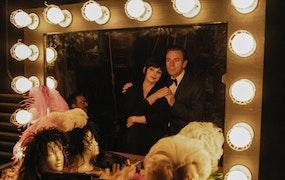 Ewan McGregor som modedesignern Halston och Krysta Rodriguez som Liza Minnneli i Netflixserien Halston.