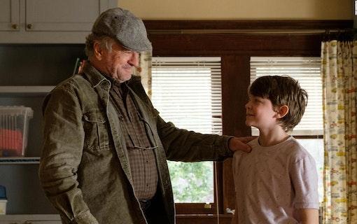 Robert De Niro och Oakes Fegley i I krig med morfar. Foto: Scanbox.
