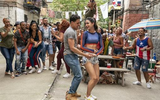 Bild på Anthony Ramos och Melissa Barrera i filmen In the Heights. Foto: Warner Bros.