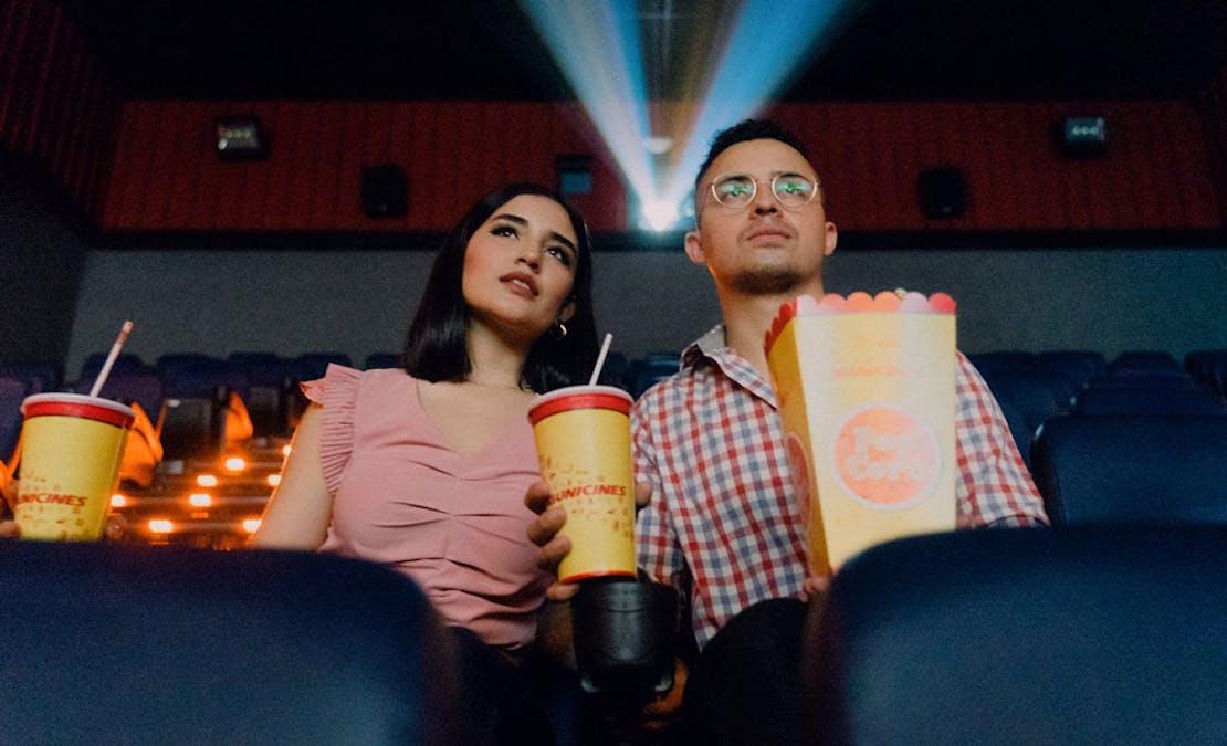 Ett par ser på bio.