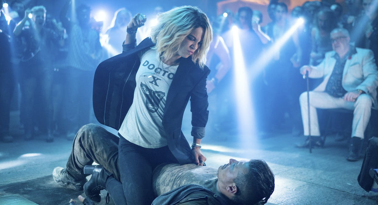 Lindy (Kate Beckinsale) slår på liggande man i filmen Jolt. Foto: Amazon Prime