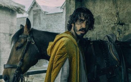Bild på Dev Patels karaktär Sir Gaiwan i David Lowerys The Green Knight. Här vid en häst i medeltidsmiljö. Foto: A24