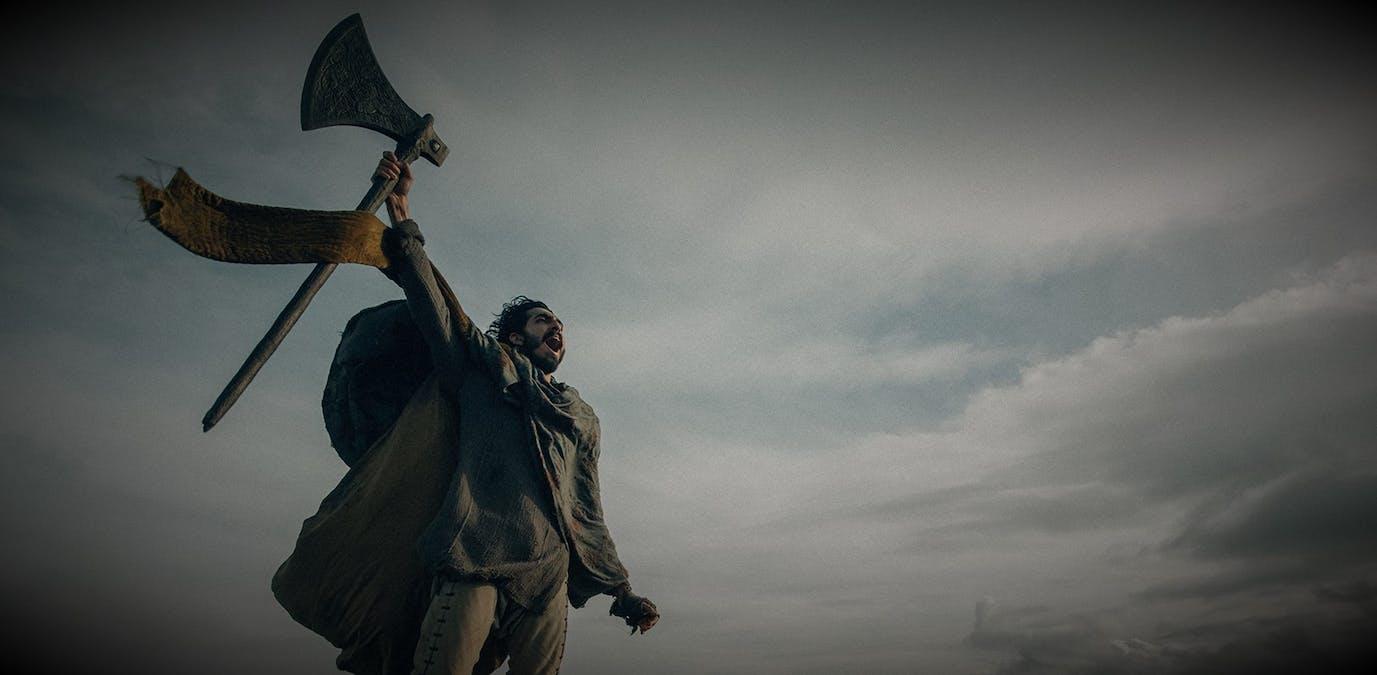 Bild på Dev Patels karaktär Sir Gaiwan i David Lowerys The Green Knight. Här tillsammans med en räv på ett berg. Foto: A24