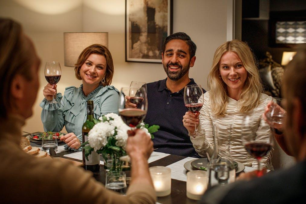 Sebastian har middag med familjen.