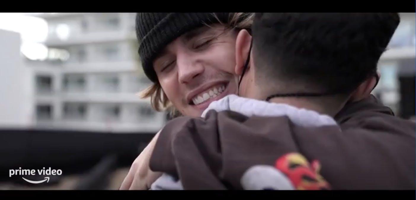 Bild från trailern av Justin Bieber: Our World. En närbild där Justin Bieber kramar en kollega. Foto: Amazon Prime